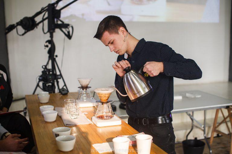 在符拉迪沃斯托克的咖啡锦标赛上,大师们展示了一种特殊的圣礼