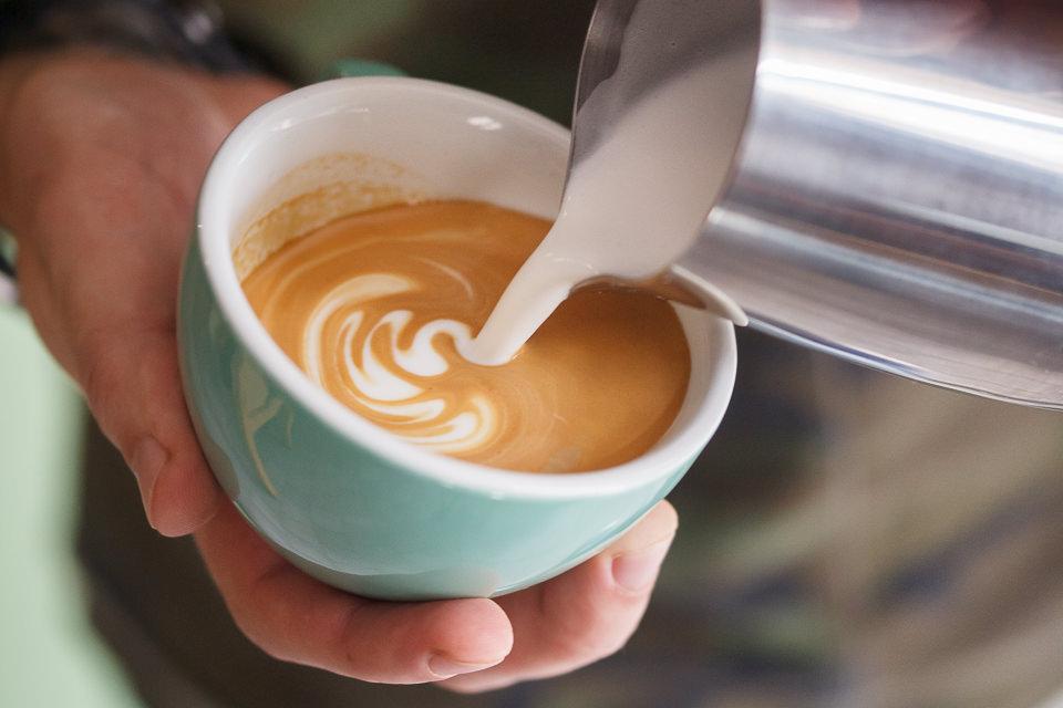 Техника вливания молока в кофе