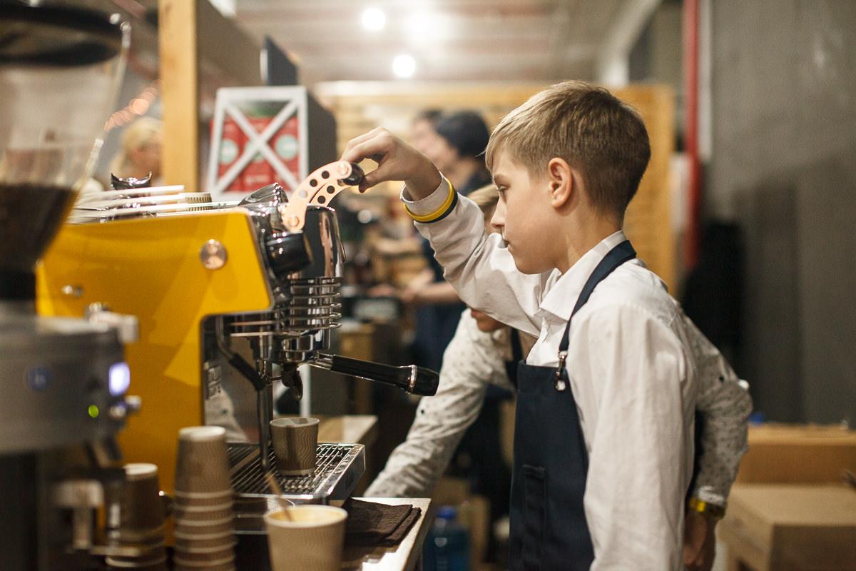 Юный бариста на фестивале шоколада и кофе в Минске